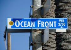 Σημάδι οδών κοντά στο θαλάσσιο περίπατο κόλπων αποστολής Στοκ Εικόνες
