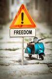 Σημάδι οδών στην ελευθερία στοκ εικόνες