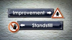 Σημάδι οδών στη βελτίωση εναντίον του σταματήματος στοκ φωτογραφία