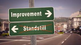 Σημάδι οδών στη βελτίωση εναντίον του σταματήματος στοκ εικόνα