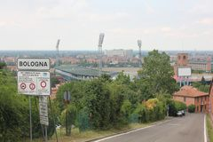Σημάδι οδών της Μπολόνιας και το αθλητικό στάδιο πίσω Στοκ φωτογραφία με δικαίωμα ελεύθερης χρήσης