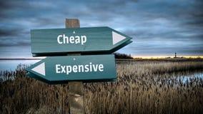 Σημάδι οδών φτηνό εναντίον ακριβό απεικόνιση αποθεμάτων