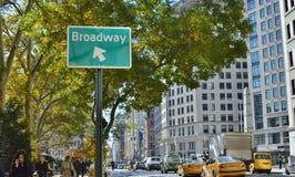Σημάδι οδών Broadway υποβάθρου πόλεων της Νέας Υόρκης αμαξιών ταξί NYC στοκ εικόνα με δικαίωμα ελεύθερης χρήσης