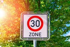 Σημάδι ορίου ταχύτητας σε 30 Στοκ Εικόνες