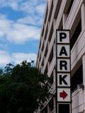 Σημάδι πάρκων έξω από ένα γκαράζ χώρων στάθμευσης στοκ εικόνες