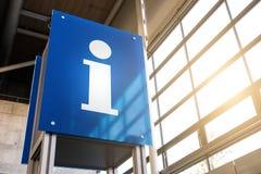 Σημάδι πληροφοριών σε έναν σταθμό Στοκ φωτογραφίες με δικαίωμα ελεύθερης χρήσης