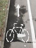 Σημάδι πορειών ποδηλάτων στοκ φωτογραφίες