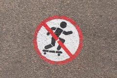 Σημάδι που απαγορεύει να κάνει σκέιτ μπορντ που χρωματίζεται στην άσφαλτο στοκ εικόνες με δικαίωμα ελεύθερης χρήσης