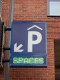 Σημάδι που δίνει τις κατευθύνσεις σε έναν υπαίθριο σταθμό αυτοκινήτων στοκ εικόνες