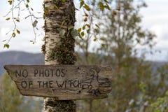Σημάδι που δεν προειδοποιεί καμία φωτογραφία της μάγισσας στοκ εικόνα