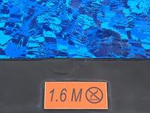 Σημάδι που παρουσιάζει 1 βάθος 6 μ και καμία προειδοποίηση κατάδυσης Στοκ Φωτογραφία
