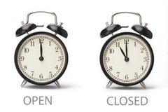 Σημάδι που παρουσιάζει επιχειρησιακές ώρες έναρξης που απομονώνονται στο άσπρο υπόβαθρο στοκ φωτογραφίες με δικαίωμα ελεύθερης χρήσης