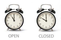 Σημάδι που παρουσιάζει επιχειρησιακές ώρες έναρξης που απομονώνονται στο άσπρο υπόβαθρο στοκ εικόνα