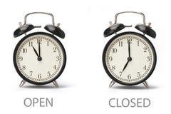 Σημάδι που παρουσιάζει επιχειρησιακές ώρες έναρξης που απομονώνονται στο άσπρο υπόβαθρο στοκ φωτογραφίες