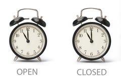 Σημάδι που παρουσιάζει επιχειρησιακές ώρες έναρξης που απομονώνονται στο άσπρο υπόβαθρο στοκ εικόνες με δικαίωμα ελεύθερης χρήσης