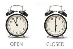 Σημάδι που παρουσιάζει επιχειρησιακές ώρες έναρξης που απομονώνονται στο άσπρο υπόβαθρο στοκ εικόνα με δικαίωμα ελεύθερης χρήσης
