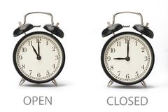Σημάδι που παρουσιάζει επιχειρησιακές ώρες έναρξης που απομονώνονται στο άσπρο υπόβαθρο στοκ φωτογραφία με δικαίωμα ελεύθερης χρήσης