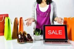Σημάδι προώθησης πώλησης, σε απευθείας σύνδεση έκπτωση αγορών, επιχειρηματίας και εμπόριο ηλεκτρονικού εμπορίου στοκ εικόνες