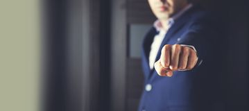 Σημάδι πυγμών χεριών ατόμων στοκ εικόνες με δικαίωμα ελεύθερης χρήσης