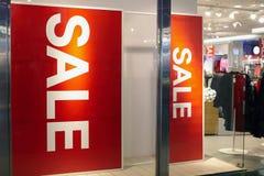 Σημάδι πώλησης στο κατάστημα ιματισμού Στοκ Φωτογραφία
