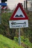 Σημάδι σε έναν δρόμο στις Κάτω Χώρες που προειδοποιούν για το ερχόμενο απότομο πέρασμα σιδηροδρόμου Στοκ εικόνες με δικαίωμα ελεύθερης χρήσης