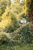 Σημάδι σε ένα μέρος στη Γερμανία Λέει τη ιδιωτική ιδιοκτησία, καμία καταπάτηση Στοκ φωτογραφία με δικαίωμα ελεύθερης χρήσης