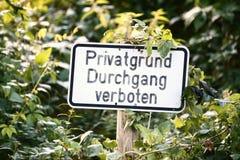 Σημάδι σε ένα μέρος στη Γερμανία Λέει τη ιδιωτική ιδιοκτησία, καμία καταπάτηση Στοκ Φωτογραφία
