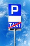 Σημάδι στάθμευσης με το κενό άσπρο σημάδι και το σημάδι του σταυρού ταξί Στοκ Εικόνες
