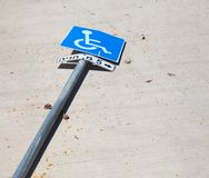 Σημάδι στάθμευσης που χτυπιέται στοκ φωτογραφίες