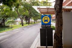 σημάδι στάσεων λεωφορείου στη στάση λεωφορείου δημόσιο μέσο μεταφοράς και επικοινωνία εικόνα για το διάστημα υποβάθρου, ταπετσαρι Στοκ Φωτογραφίες