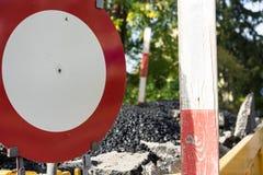 Σημάδι στάσεων με το εργοτάξιο οικοδομής Στοκ εικόνα με δικαίωμα ελεύθερης χρήσης
