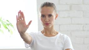 Σημάδι στάσεων με το χέρι από τη νέα γυναίκα, πορτρέτο Στοκ εικόνα με δικαίωμα ελεύθερης χρήσης