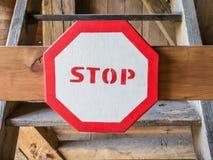 Σημάδι στάσεων που απαγορεύει την είσοδο των σκαλοπατιών στοκ φωτογραφία με δικαίωμα ελεύθερης χρήσης