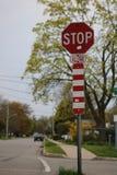 Σημάδι στάσεων στην οδό γειτονιάς στοκ εικόνες