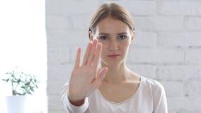 Σημάδι στάσεων Gesturing γυναικών Beautifu με το χέρι Στοκ Εικόνες