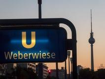 Σημάδι σταθμών u-Bahn Weberwiese στο Βερολίνο, Γερμανία Στοκ Φωτογραφίες