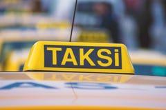 Σημάδι στεγών αυτοκινήτων ταξί στο υπόβαθρο bokeh Στοκ εικόνα με δικαίωμα ελεύθερης χρήσης