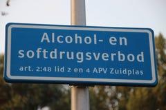 Σημάδι στην οδό ότι χρησιμοποιώντας το οινόπνευμα και softdrugs δεν επιτρέπεται σε αυτήν την περιοχή από τον τοπικό δήμο πράξεων  στοκ φωτογραφία με δικαίωμα ελεύθερης χρήσης