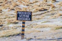 Σημάδι στο altiplano στη Βολιβία Μην ρίξτε απορρίματα, που γράφονται με erro στοκ εικόνες με δικαίωμα ελεύθερης χρήσης