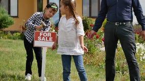 Σημάδι σφυριών παιδιών για την πώληση απόθεμα βίντεο