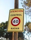 Σημάδι ταχύτητας προειδοποίησης κυκλοφορίας για τον έλεγχο ραντάρ στοκ εικόνες