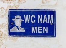 Σημάδι της τουαλέτας των ατόμων σε έναν βρώμικο τοίχο, Βιετνάμ στοκ φωτογραφία με δικαίωμα ελεύθερης χρήσης