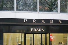 Σημάδι της Prada έξω από ένα κατάστημα Στοκ Εικόνες