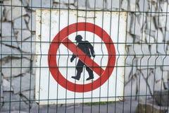Σημάδι του εξουσιοδοτημένου προσωπικού μόνο στο εργοτάξιο οικοδομής Κόκκινη, γραπτή περιορισμένη περιοχή, εξουσιοδοτημένο προσωπι στοκ φωτογραφία