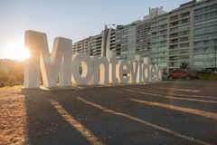 Σημάδι του Μοντεβίδεο μπροστά από τα κτήρια Στοκ Εικόνες