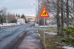 Σημάδι του σταυρού διαβάσεων πεζών, μπροστά το σημάδι ή το σχολικό προειδοποιητικό σημάδι Στοκ φωτογραφία με δικαίωμα ελεύθερης χρήσης