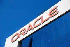 Σημάδι του oracale στο κτίριο γραφείων στο Ντουμπάι Στοκ εικόνα με δικαίωμα ελεύθερης χρήσης