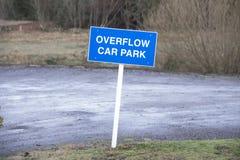 Σημάδι υπαίθριων σταθμών αυτοκινήτων υπερχείλισης για τους αυτοκινητιστές στοκ φωτογραφία