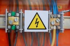 Σημάδι υψηλής τάσης Ηλεκτρικοί ηλεκτρονόμοι και καλώδια Στοκ φωτογραφία με δικαίωμα ελεύθερης χρήσης