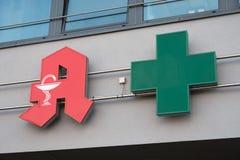 Σημάδι φαρμακείων και πράσινος σταυρός Στοκ φωτογραφία με δικαίωμα ελεύθερης χρήσης